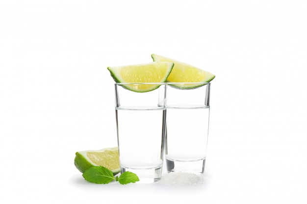 Tequila-schüsse, limette, minze und salz isoliert auf weiß