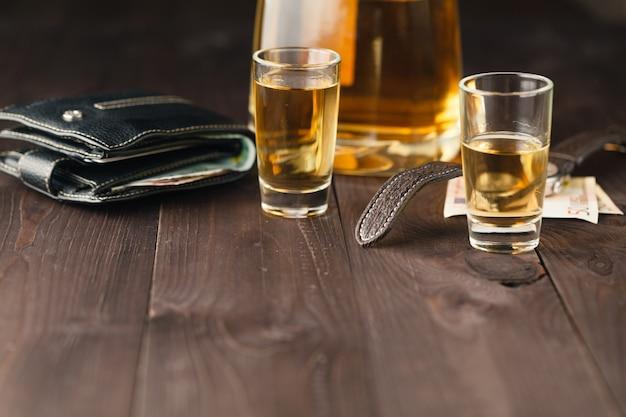 Tequila schuss und tequila flasche auf bar