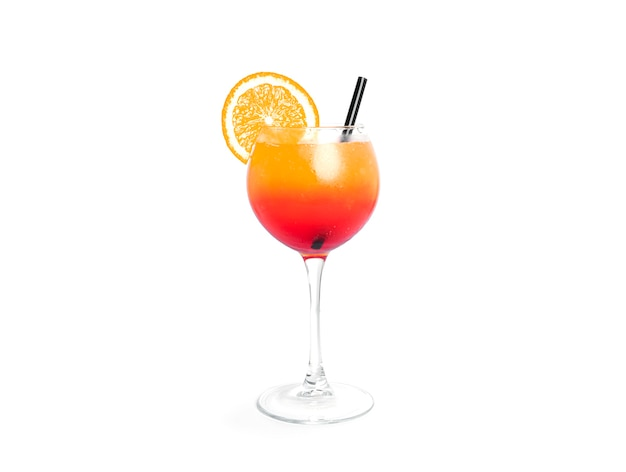 Tequila-sonnenaufgangscocktail lokalisiert auf weiß.