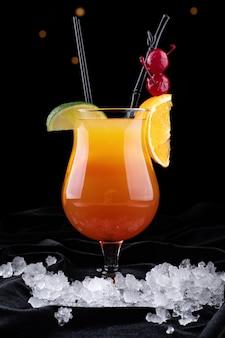 Tequila sunrise cocktail auf einer schwarzen oberfläche