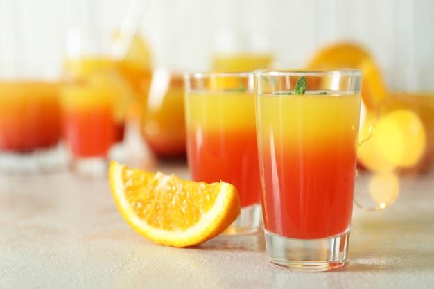 Tequila sunrise cocktails auf weißem strukturiertem tisch, nahaufnahme on