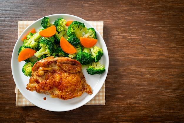 Teriyaki-hähnchensteak mit brokkoli und karotten