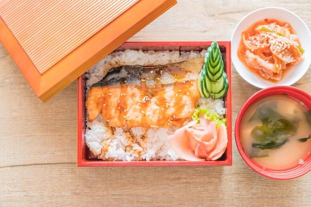 Teriyaki lachs auf top reis in box set