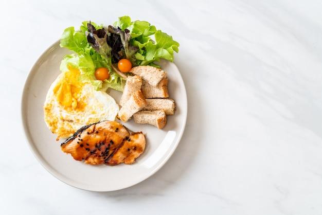 Teriyaki-lachssteak mit spiegelei und salat