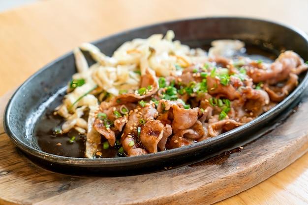 Teriyaki-schweinefleisch in heißer pfanne mit kohl - japanischer essensstil