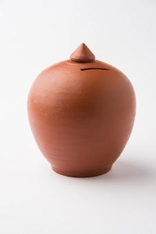 Terrakotta-spardose oder sparschwein, einzeln oder in der gruppe, selektiver fokus