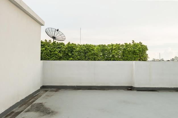 Terrasse am gebäudehintergrund