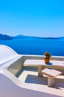 Terrasse mit tisch über meer, santorini, griechenland