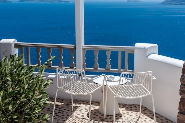 Terrasse mit zwei stühlen in santorini
