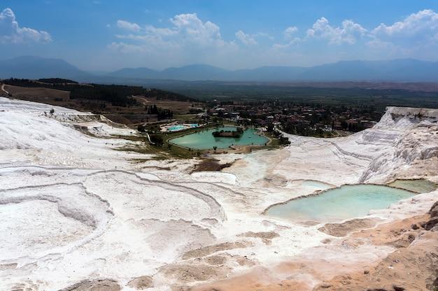 Terrassen von pamukkale, eine natürliche mineralquelle mit heißem wasser, das aus den bergen kommt. truthahn