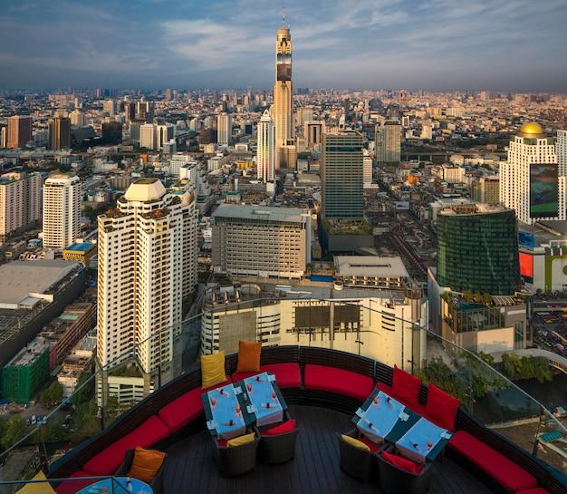 Terrassenförmiges restaurant auf der bar auf dem dach in bangkok, thailand