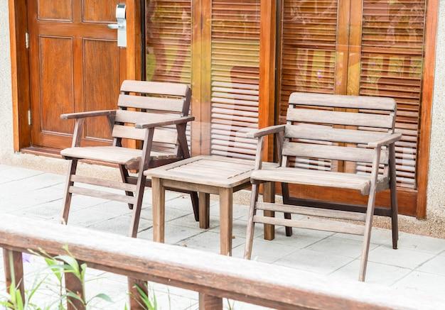 Terrassenstuhl und tisch im freien