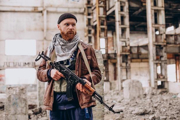 Terrorist mit gewehrkampf mit soldaten