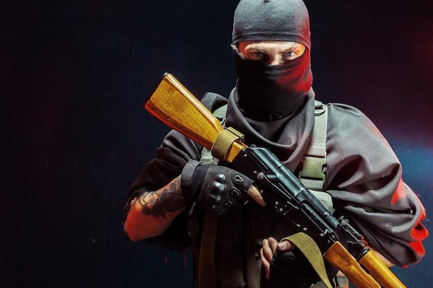 Terrorist mit seiner waffe. konzept über den terrorismus