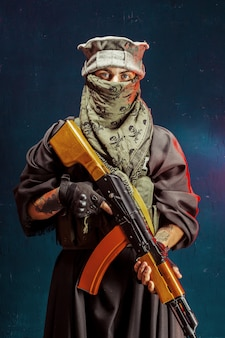 Terrorist mit seiner waffe. über den terrorismus