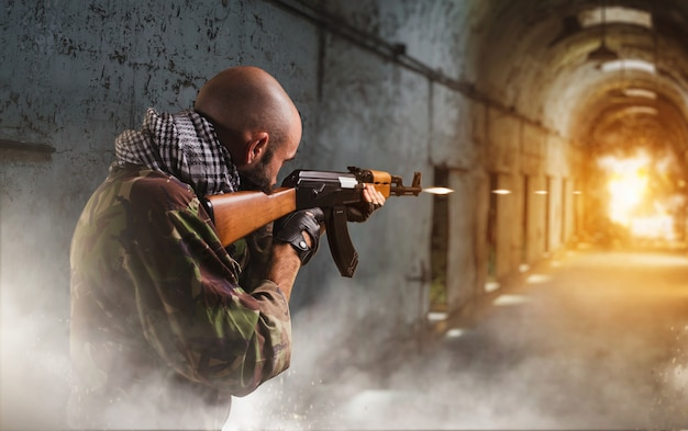 Terrorist schießt aus gewehr, explosion im korridor