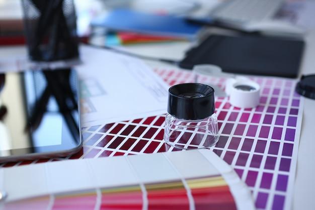 Testdruckpapierseite mit farbtestdesignfantail und lupe