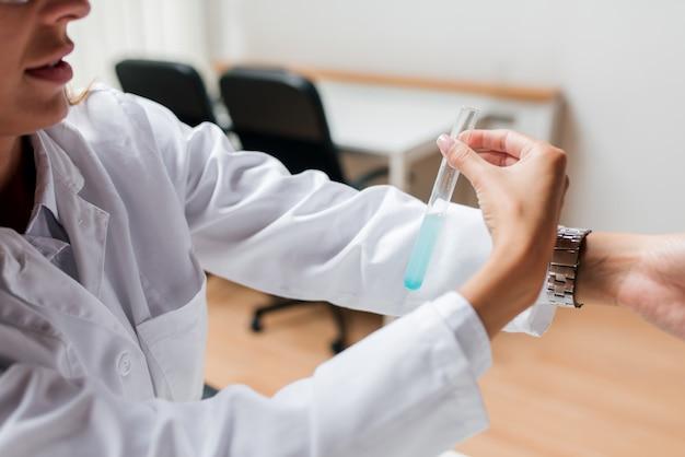 Testen des ph-werts einer chemikalie in einem reagenzglas.
