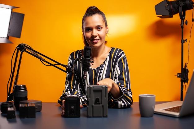 Testen des tragbaren akkus für die kamera von videofilmern im podcast