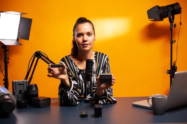 Testen von akkus für die kamera während des podcasts im heimstudio
