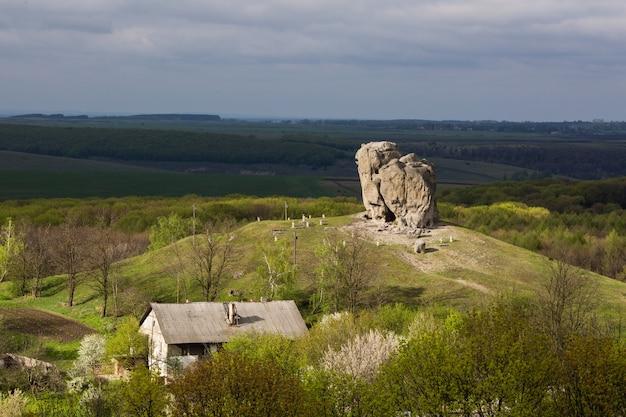 Teufelsfelsen in pidkamin, lwiw, westukraine (sommerlandschaft)