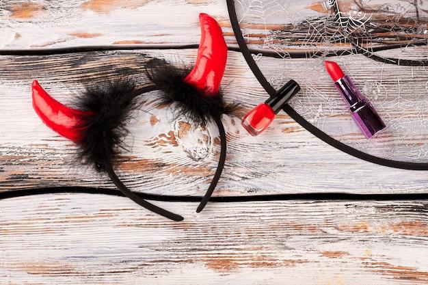 Teufelshörner stirnband und make-up-zubehör.
