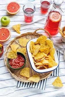 Tex-mex-picknick mit tortilla-chips