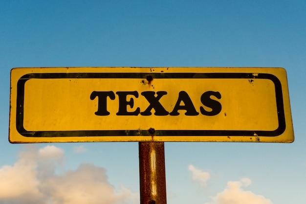 Texas zustand auf altem gelbem schild mit blauem himmel