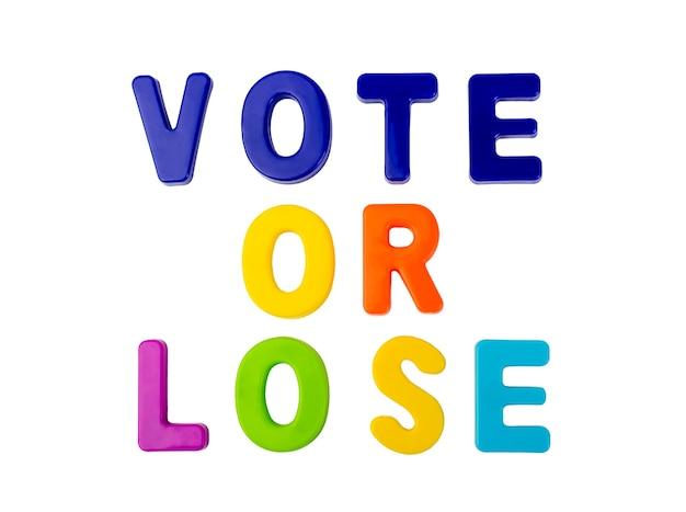 Text abstimmung oder verlieren in plastikbuchstaben auf weißem hintergrund konzept für den wahlkampf geschrieben