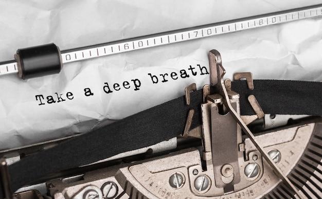 Text atmen sie tief ein, wenn sie mit einer retro-schreibmaschine tippen