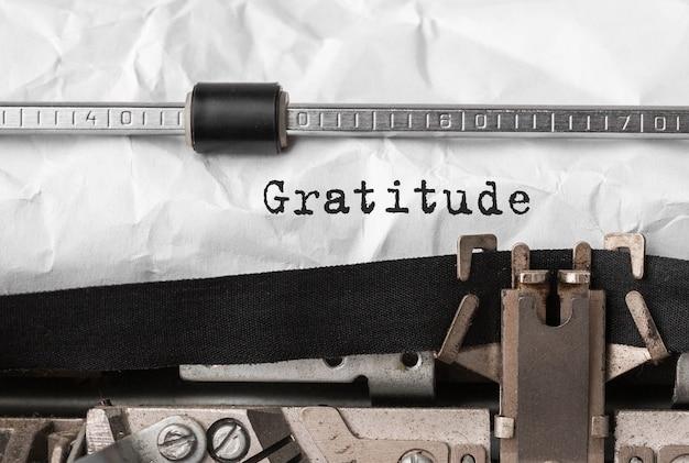 Text dankbarkeit auf retro-schreibmaschine getippt