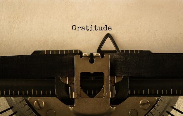 Text dankbarkeit getippt auf retro-schreibmaschine, archivbild