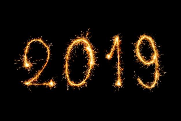 Text des guten rutsch ins neue jahr 2019 mit den scheinfeuerwerken lokalisiert auf schwarzem