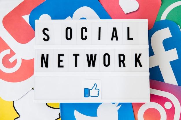 Text des sozialen netzes mit ähnlichem ikone