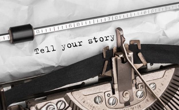 Text erzählen sie ihre geschichte auf retro-schreibmaschine getippt