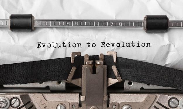 Text evolution to revolution auf retro-schreibmaschine getippt