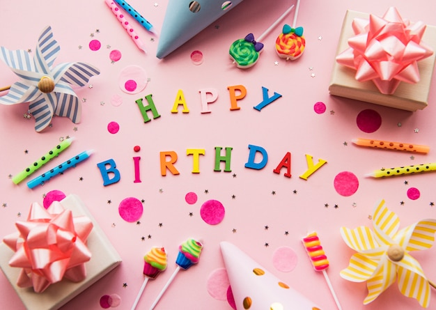 Text happy birthday von holzbuchstaben mit geburtstagselementen