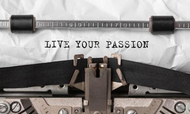 Text live your passion auf retro-schreibmaschine getippt