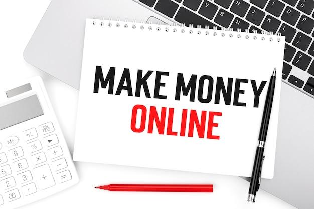 Text make maney online auf notebook, taschenrechner, laptop. unternehmenskonzept. flach liegen.