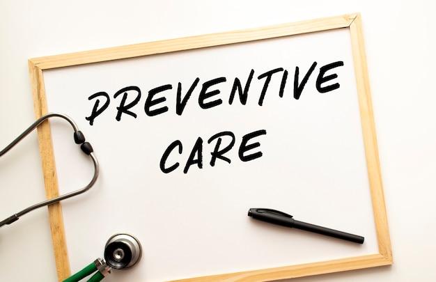 Text präventive pflege geschrieben auf einer weißen bürotafel