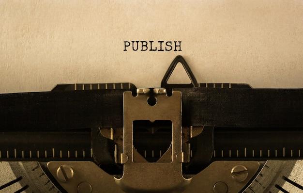 Text publish auf retro-schreibmaschine getippt