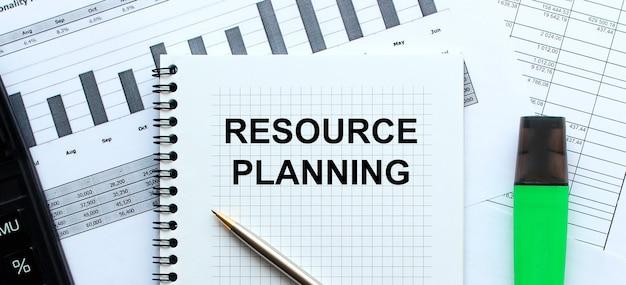 Text resource planning auf der seite eines notizblocks. unternehmenskonzept.