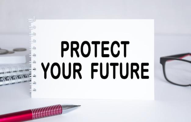 Text schützen sie ihre zukunft . notizblock mit brillen und textdokumenten. geschäftskonzept