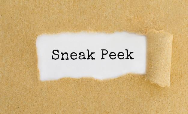 Text sneak peek erscheint hinter zerrissenem braunem papier.
