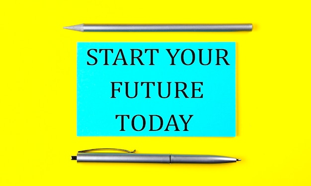 Text start your future heute auf dem blauen aufkleber auf gelbem hintergrund