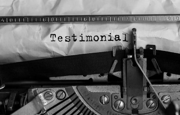 Text testimonial auf retro-schreibmaschine getippt