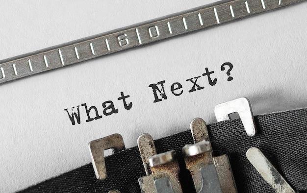Text what next tippte auf einer retro-schreibmaschine