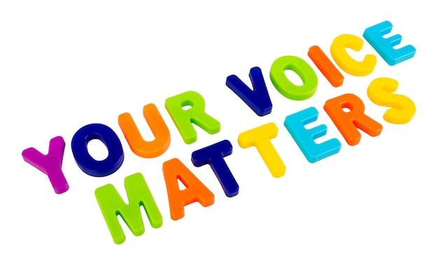 Text your voice matters geschrieben in plastikbuchstaben auf einem weißen konzept für den wahlkampf