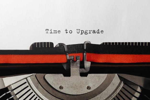 Text zeit für ein upgrade auf einer retro-schreibmaschine