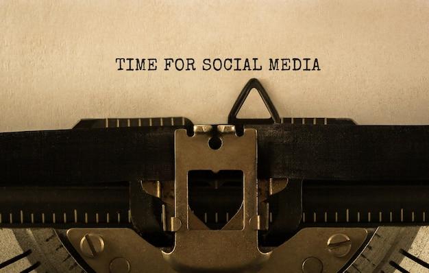 Text zeit für sozialmedien auf retro-schreibmaschine getippt